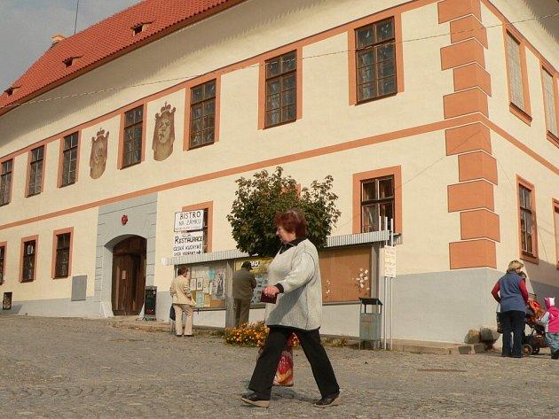 Panský dům v Bavorově  má novou střechu i fasádu.