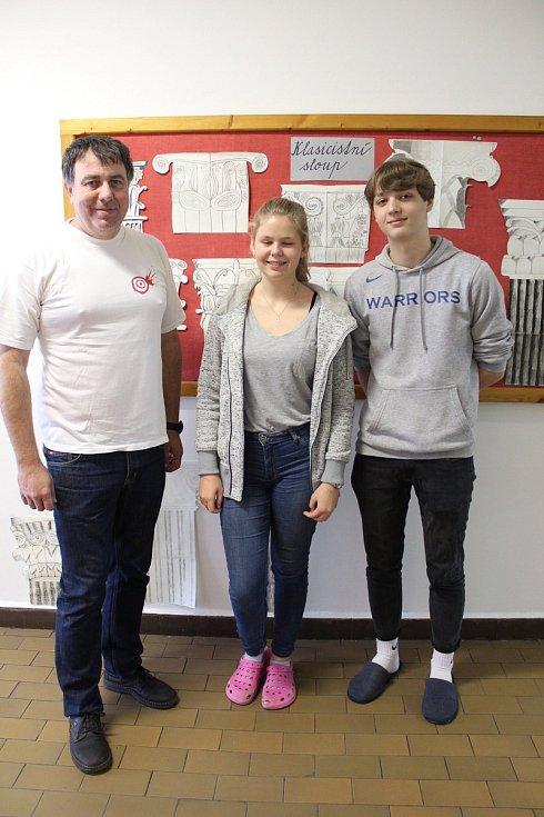 Učitel Radek Čejka se svými studenty Jakubem Klecánem a Lucií Majerovou.