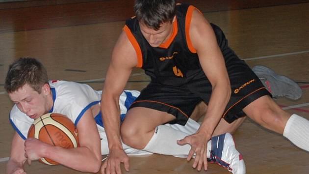 Radan Tesař (na snímku vlevo v souboji s karlovarským Janem Jindrou) byl s 33 body střelcem víkendu.