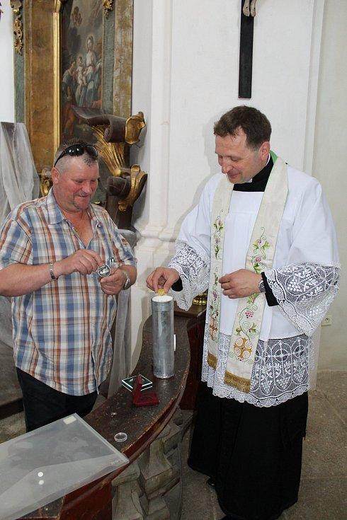 Kostel v Paštikách na Blatensku prochází rekonstrukcí. Do kopule věže umístili místní duchovní Rudolf Hušek a starosta Jiří Bláha vzkaz pro další generace.