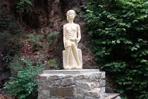 Opravená socha Dorotky na strakonickém Podskalí.