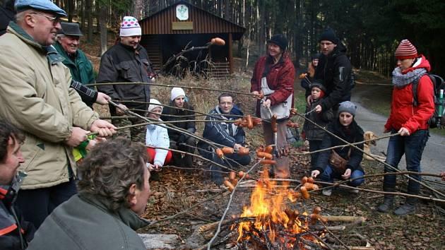 Odměnou pro Skočické jsou za zdolání kopce Hrad buřty opečené na ohni.