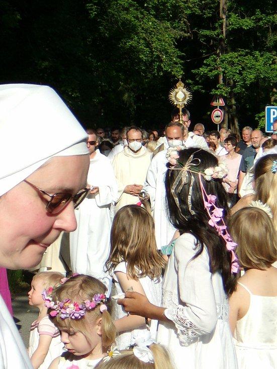 Oslava svátku Božího těla spojená s eucharistickým průvodem.