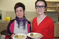 Na rýži natural s fazolkami mungo a pokrmu s názvem falafel, jehož hlavní součástí je cizrna, si právě jdou pochutnat zleva Lenka Vlčková a Jana Brejchová.