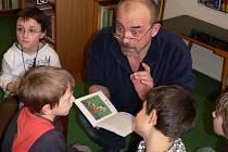 Volyňský rodák spisovatel Vladimír T. Gottwald předčítal v úterý druhákům volyňské základní školy ze své knihy Šmajdovinky.