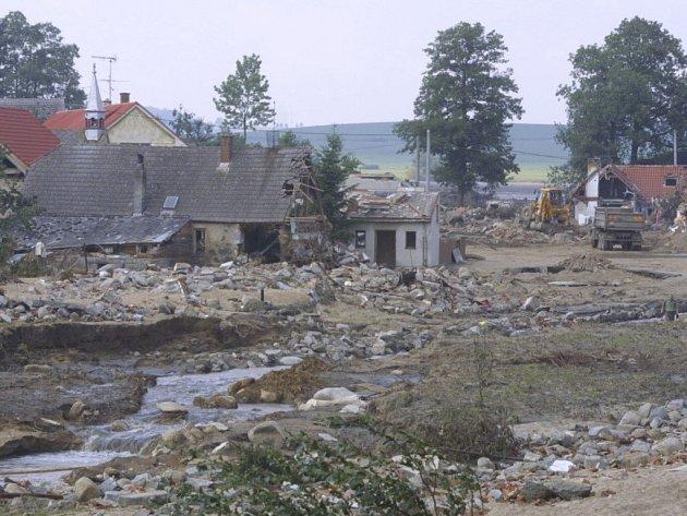 Hráz metelského rybníku  odolávala náporům vody do ranních hodin úterý 13. srpna 2002. Několik minut před půl pátou svůj boj prohrála.