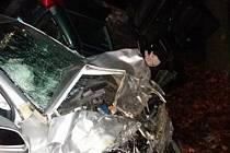 Při srážce vozidel zemřel řidič.