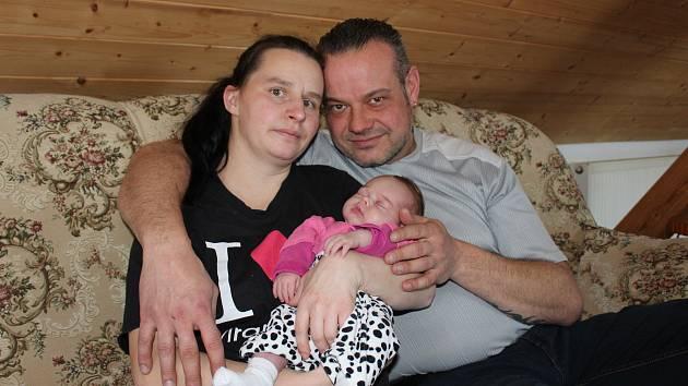Magdalena Rychtaříková s dcerou Helenou a manželem Filipem v obýváku svého rodinného domu v Truskovicích.