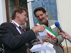 """Na snímku jsou zleva starosta Radomyšle Luboš Peterka, vedle stojí starosta italského """"dvojčete"""" Valtr Reineri."""