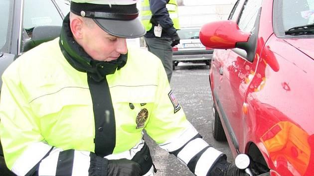 Dopravní policisté obcházeli ve středu  auta na parkovišti u Kauflandu ve Strakonicích a měřili výšku vzorku pneumatik.