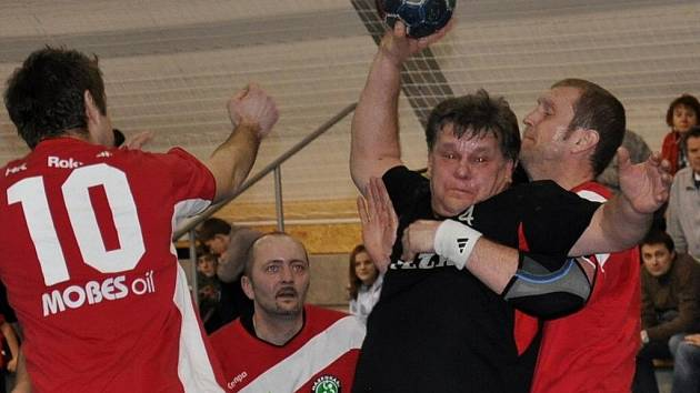 Strakoničtí na jaře poprvé bodovali, když doma porazili Rokycany 24:22. Luďka Gruzovského takto bránil hostující Schejbal.