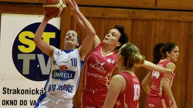 Strakonickou Kristýnu Tomšovicovou (s míčem) brání čerstvá posila Slavie Andela Radovičová (č. 44). Přihlížejí Mária Felixová a Natálie Dvořáková (vlevo).