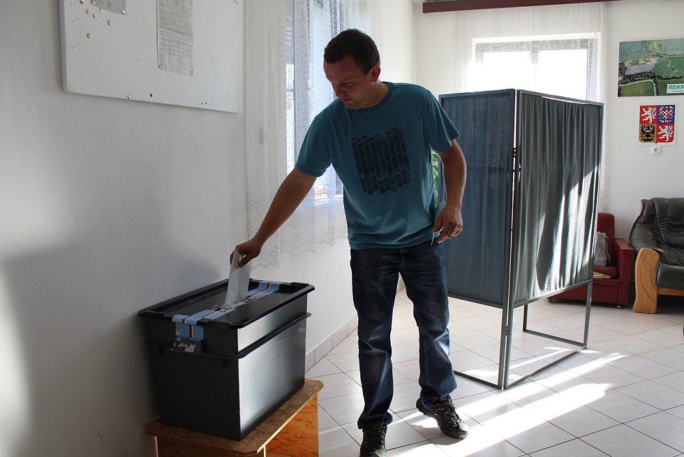 Ve volební místnosti v Kuřimanech vládne rodinná atmosféra.