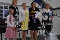 starostka Nišovic Hana Váňová přebírá Modrou stuhu