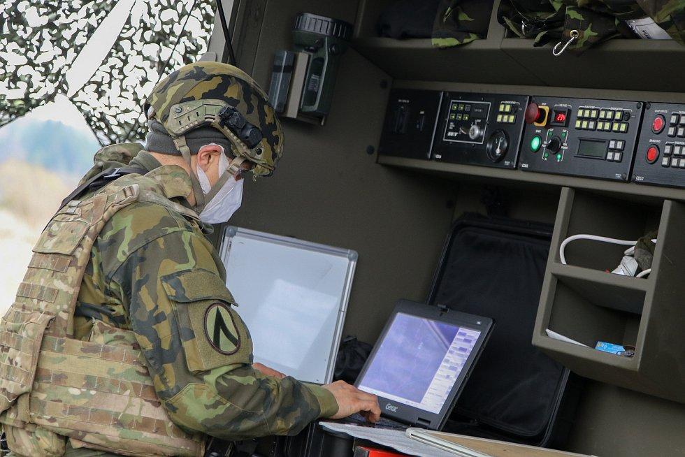Obsluha radaru ReVISOR, který sleduje a identifikuje vzdušné cíle.