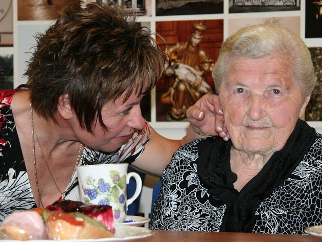 Stoletá Anna Švehlová ze Strakonic na snímku s vnučkou Alenou Kotrnochovou.