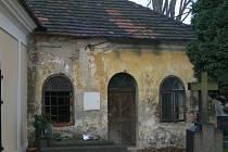 Na opravenou a zrestaurovanou kapli sv. Vojtěcha navazuje bývalá márnice. Její stav je v současné době havarijní.