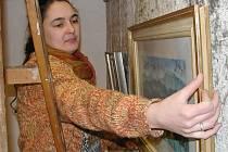 Konzervátorka Lucie Růžičková při instalaci obrazů.