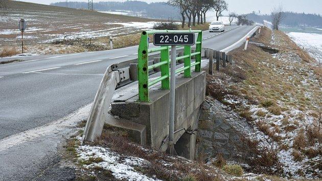 Místo stávajícího mostu na silnici I/22 u Křtětic vznikne letos rámový most s bezpečným podchodem.