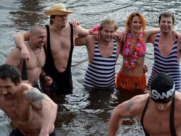 Mezi otužilci, kteří ve čtvrtek 26. prosince v Dolním Poříčí vlezli do vody, byly i ženy.