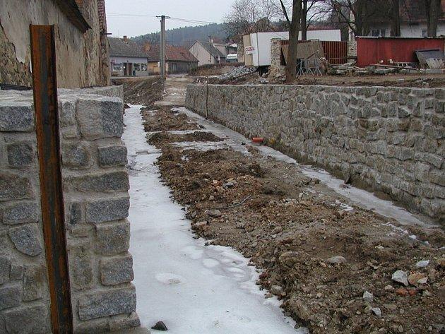 Cehnický potok bude mít v délce 800 metrů vysoké kamenné koryto.