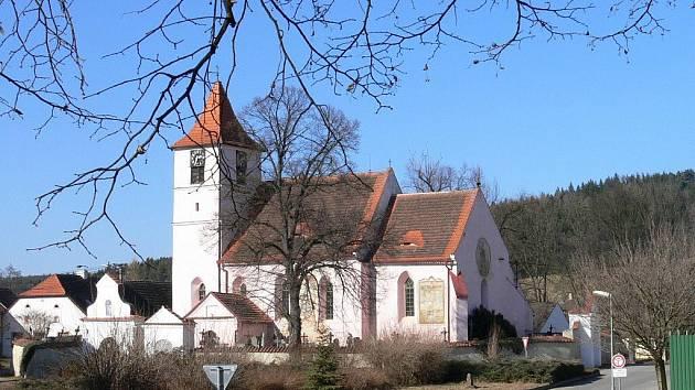 Kostel je dominantou Bílska.