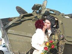 Netradiční svatbu zažili v sobotu ve Střelských Hošticích. Ženich si před obřadem vyzvedl nevěstu vojenským obrněným transportérem.