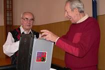 Příprava volební urny ve volební místnosti v ulici Lidická ve Strakonicích.