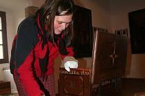 Výstava restaurovaných předmětů na volyňské tvrzi.