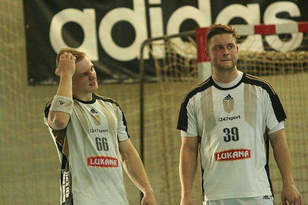 Házenkáři Strakonic v extraligové premiéře prohráli o 11 gólů ve Frýdku-Místku (23:34). Zleva jsou Michal Krejčí a Michal Zbíral.