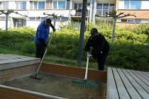 Kontrola a úklid dětských hřišť a pískovišť ve Strakonicích.