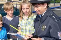 Mluvčí strakonické policie Jaromíra Nováková včera zkoušela děti z dopravních předpisů a pro ty, které znaly odpověď, měla připravené dárky.  Je jistě potěšitelné, že děti uměly.
