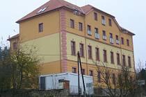 První patro někdejší školy je zachováno, v přízemí, v prvním patře a v zadní přístavbě jsou byty.