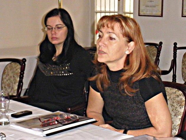 Vedoucí centra Kvetoslava Kotrbová (vpravo) při tiskové konferenci o budoucnosti Háječku.