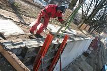 Stavba nové nábřežní zdi pokračuje i v zimě.