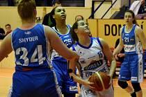 Strakonické Elišce Petruškové (u míče) se snaží ve střelbě zabránit trutnovské Tereza Vitulová, Ajae Perkinsová a Kateřina Kozumplíková (zleva).