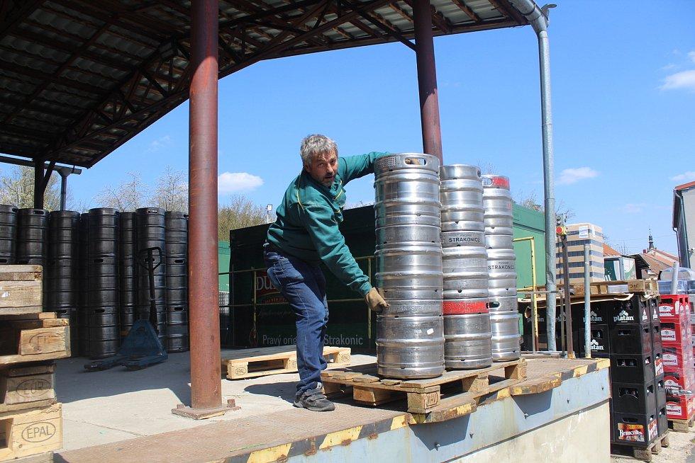 Luboš Roučka v pivovaru pracuje už 35 let. Stará se o chlazení a pomáhá házet sudy na pás jedoucí na stáčírnu.