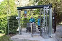 Každý, kdo chce navštívit zámecký park v Blatné si musí nově zakoupit vstupenku a od 7. května také projít turniketem.