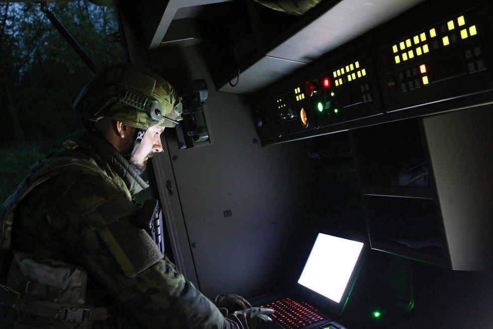 Obsluha radaru ReVISOR, který sleduje a identifikuje vzdušné cíle nejen ve dne, ale i v noci.