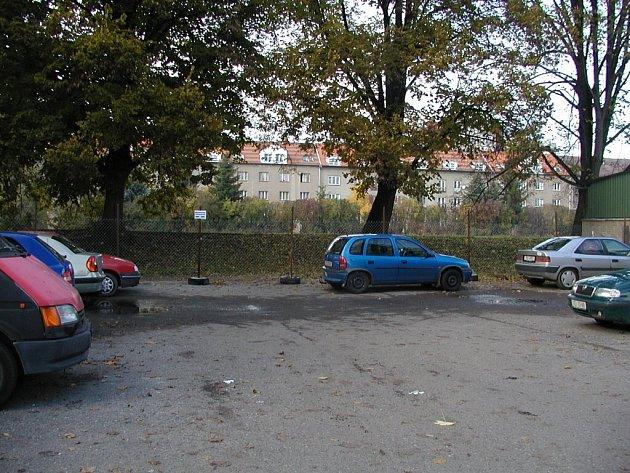 Automobilisté ve Strakonicích přijdou o místa na zaparkování.