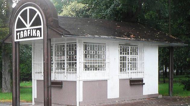Zděný domek na okraji městského parku je už měsíce opuštěný.