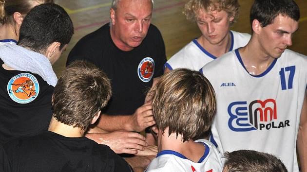 Strakoničtí basketbalisté (v bílém) otočili duel s Rokycany a nakonec vyhráli 87:76.