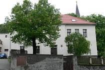 Původní budova čestické školy se nachází v sousedství kostela Stětí Sv. Jana Křtitele.