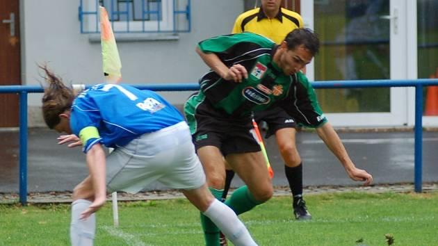 Útočník Marily Příbram Michal Polodna (na snímku vpravo v souboji s Karlem Cibulkou) se gólově neprosadil, přestože měl ve druhé půli stoprocentní šanci.
