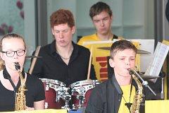 Strakonice 30. května - Ve venkovních prostorech OC  Maxim ve Strakonicích hrála pro divíky i soubor L BAND Strakonice