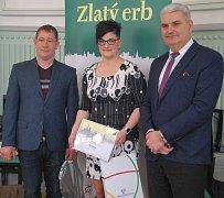 Cenu převzala starostka Barbora Poláčková. Vlevo je čepřovický zastupitel Václav Plevka, vpravo krajský zastupitel Antonín Krák.