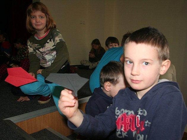 Děti vyráběly a pouštěly vlaštovky.