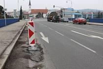 Výtluky a koleje na mostě Jana Palacha.
