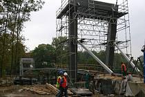 Stavba lávky přes Otavu pokračuje.