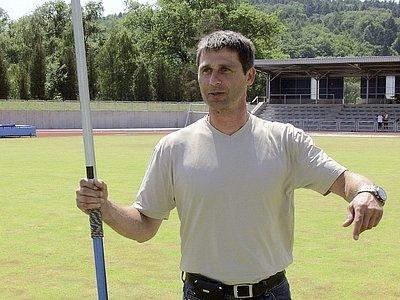 Jan Železný se na nově zrekonstruovaném atletickém stadionu v Písku představil s náčiním jemu vlastním, s oštěpem.